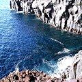 写真: 美しい海の景色がみられる城ヶ崎海岸(じょうがさきかいがん)は、静岡県伊東市中南部に位置します。富士箱根伊豆国立公園の指定を受けている海岸一帯になります。