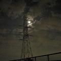 写真: 鉄塔にかかる月