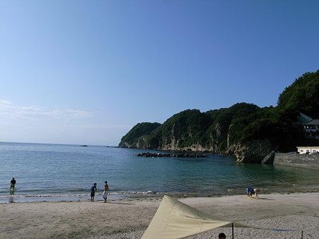 岩地海岸の風景。右側が長磯と萩崎