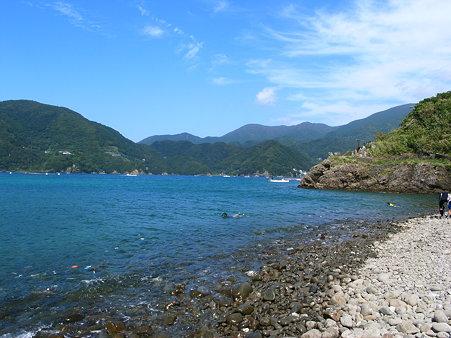田子・瀬浜海岸の景色。奥に見えるのは田子漁港
