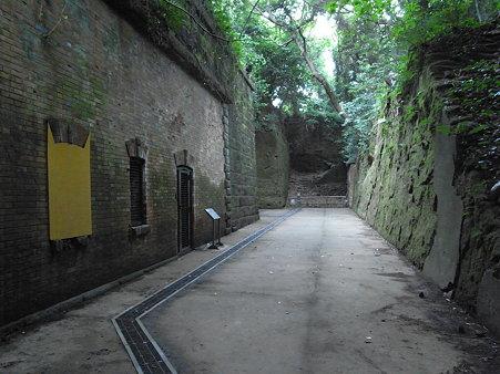 猿島の三叉路前のトンネル