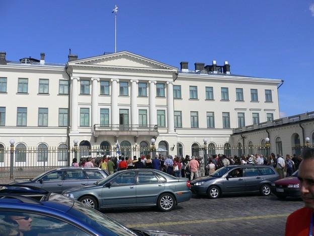 フィンランド首相官邸*なになになに?興味津々の観光客