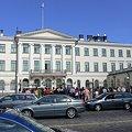 Photos: フィンランド首相官邸*なになになに?興味津々の観光客