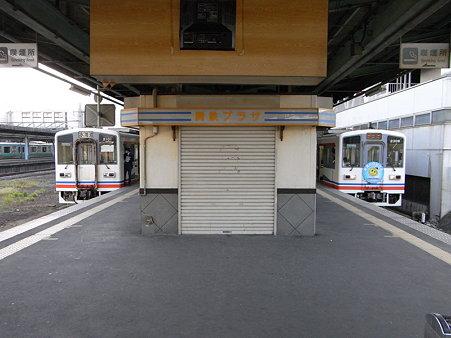 キハ2100とキハ2300(関東鉄道常総線・取手駅)