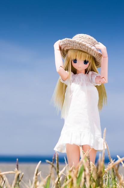 編み帽子と白ワンピース