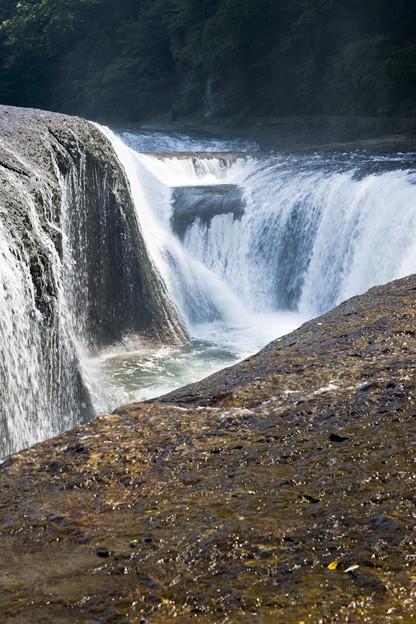水煙包む滝