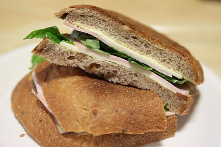 自家製パンで作った簡単なバジルサンド