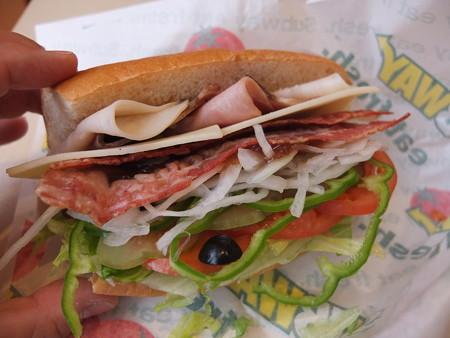 サブウェイ柏崎店 サブウェイクラブ(野菜全増量、マヨネーズ追加、スライスチーズ&ベーコン追加、パンをホワイトに変更) ¥590