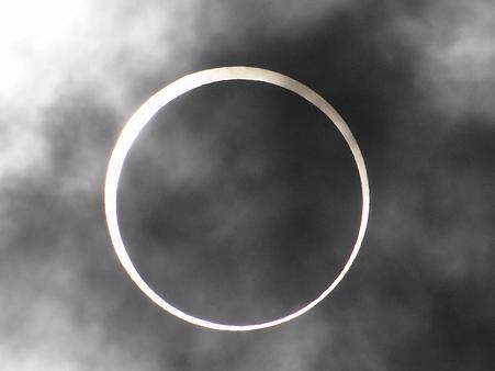 雲の中の金環日食