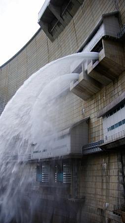 温井ダムドライブ (30)放水