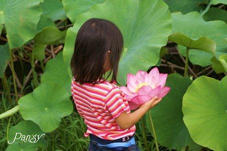 花を抱えた少女・・