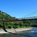 写真: 秋晴れのあゆのつり橋矢祭山の奇岩群