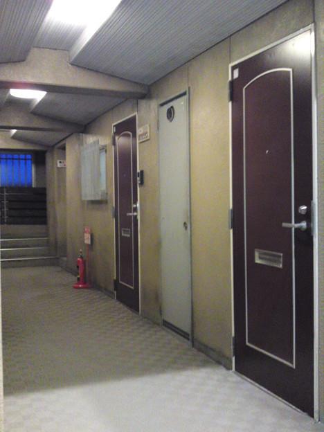 波美のマンションの廊下