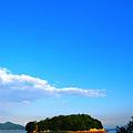 西日差す沖合の無人島