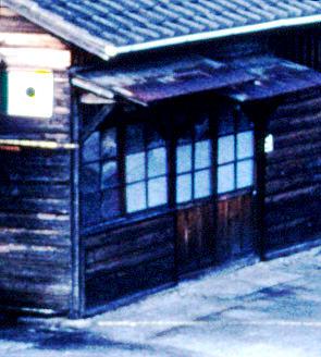 詰所の側面(線路側,JR予讃線・予土線宇和島駅,1998/10/4)(s111-11c)