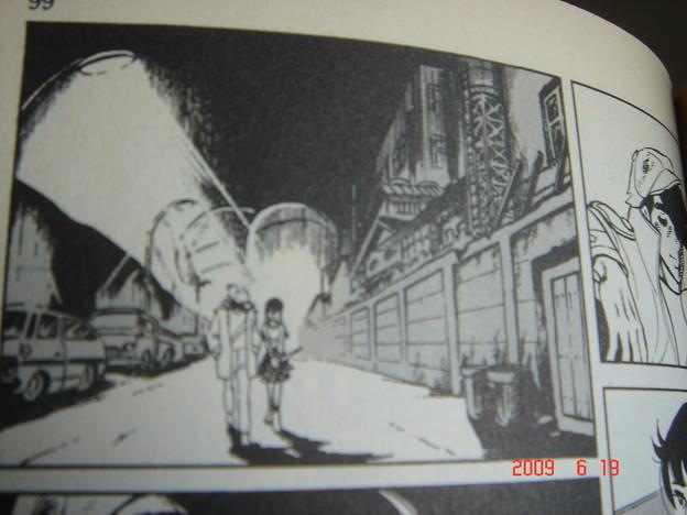 紀ちゃんと歩く 後にガスタンクが見えている。 DSC01281