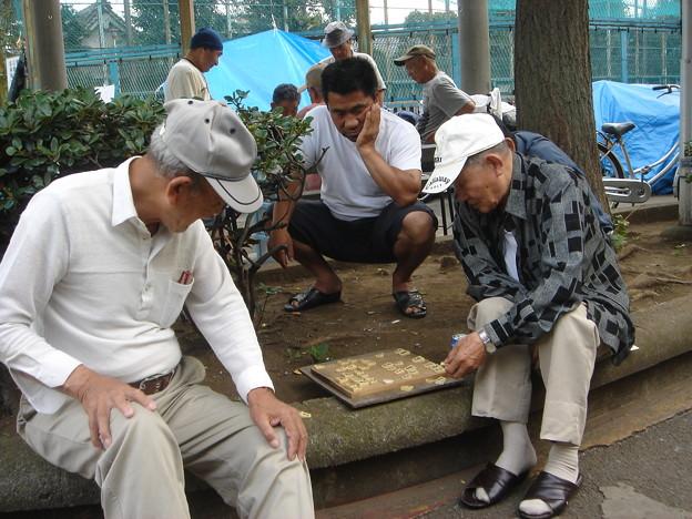 玉姫公園の中 将棋を指す男たち DSC01625