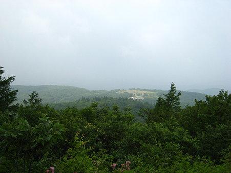 途中から視界が開る登山道